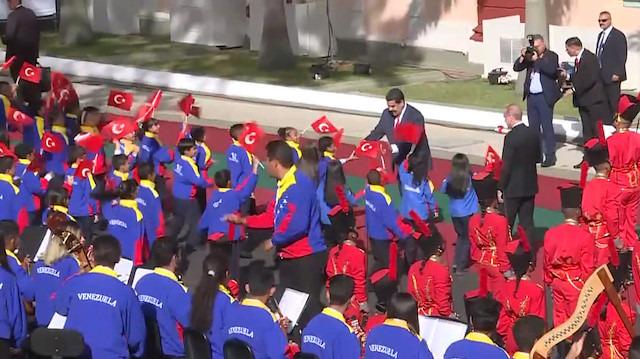 Venezuela Devlet Başkanı Maduro, Türk bayrağını yerde bırakmadı