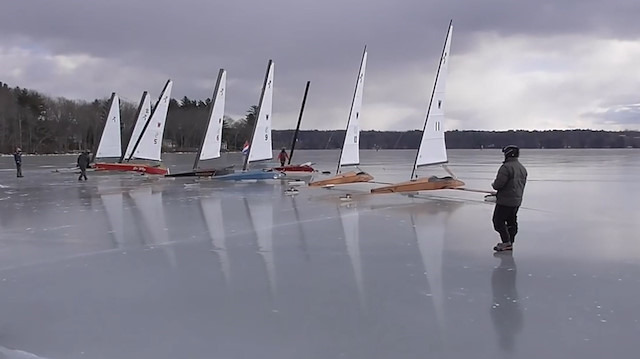 Buz üstünde yelkenli kayık yarışı
