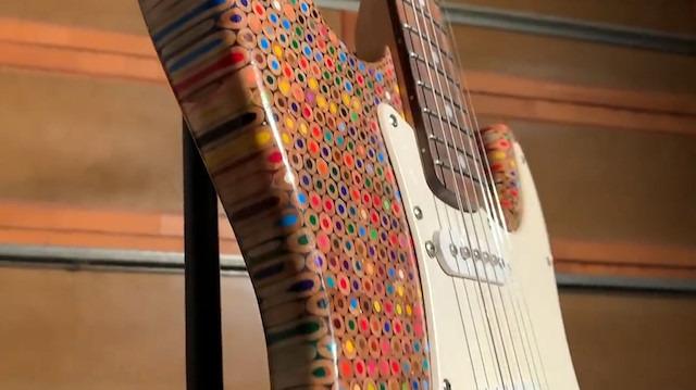1200 renkli kurşun kalem kullanarak elektro gitar yaptı