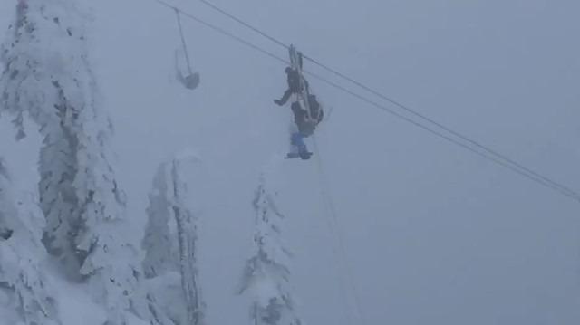 140 kayakçı dondurucu soğukta telesiyejde mahsur kaldı