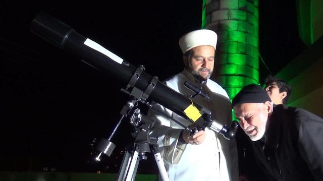 Camiye ilgiyi arttırmak için terasa teleskop kurdu