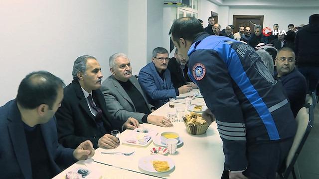 Binali Yıldırım sabah namazı sonrası vatandaşlarla kahvaltı yaptı