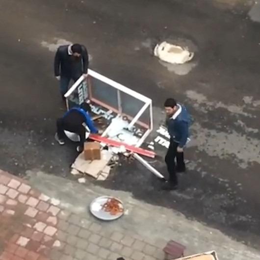 Tatlı satan çocukların seyyar tablası devrilince yardıma çevredeki vatandaş koştu