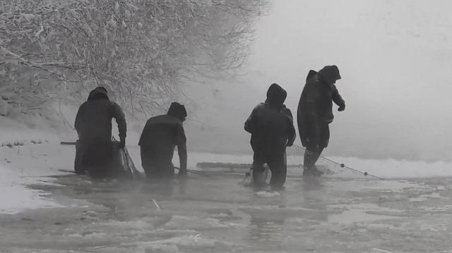 Ağrı'da dondurucu soğukta balık avı