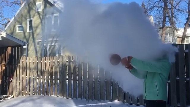 Rüzgara karşı kaynar su fırlatan talihsiz kadın
