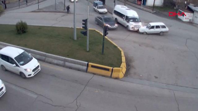 Kural tanımaz sürücülerin yol açtığı kazalar kamerada