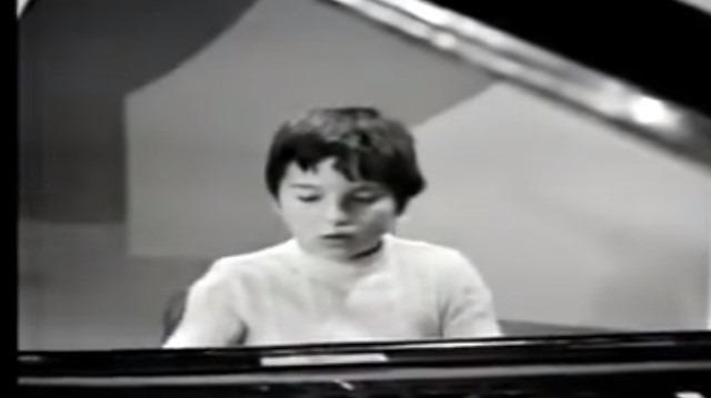 Fazıl Say 8 yaşında kendi bestesini çalıyor