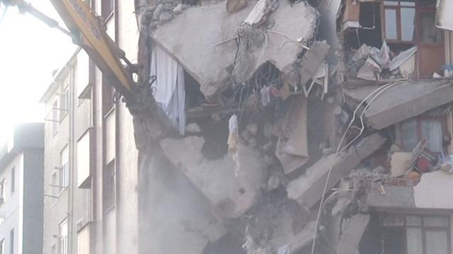 Kartal'daki 'riskli binanın' yıkımına başlandı