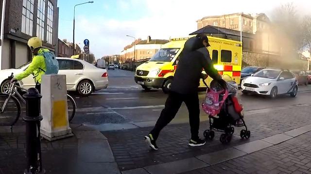 Sert rüzgar bebek arabasını caddeye savurdu