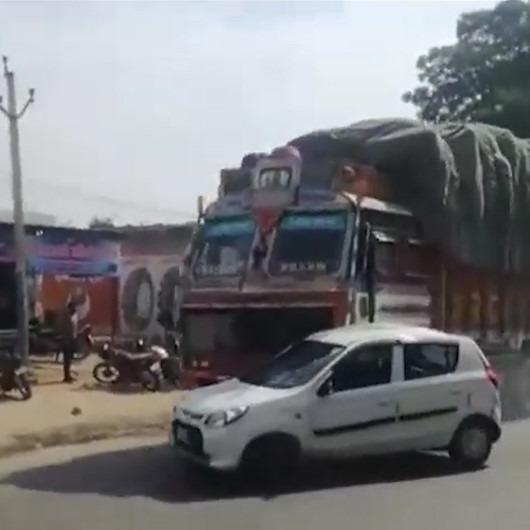 Vicdansız kamyon şoförü çarptığı aracı metrelerce sürükledi