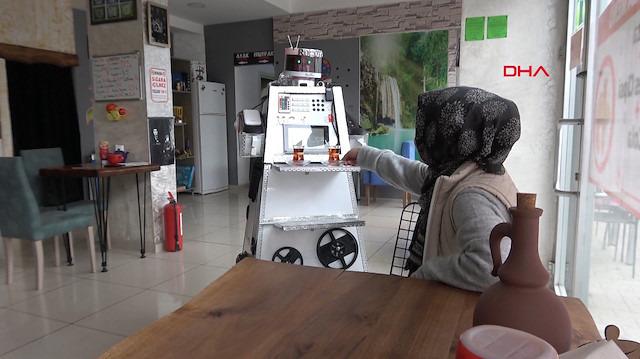 Bu kafede servisleri robot yapıyor