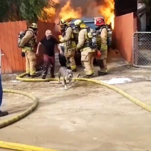 Köpeğini kurtarmak için yanan eve giren adam