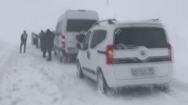 Van-Hakkari karayoluna çığ düştü: Onlarca araç ve yolcu bölgede mahsur kaldı