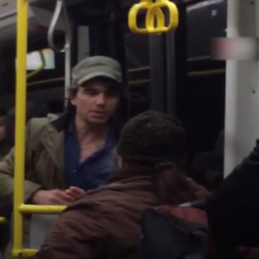 Otobüste yüksek sesle şarkı söyleyip yaşlı kadına hakaret etti