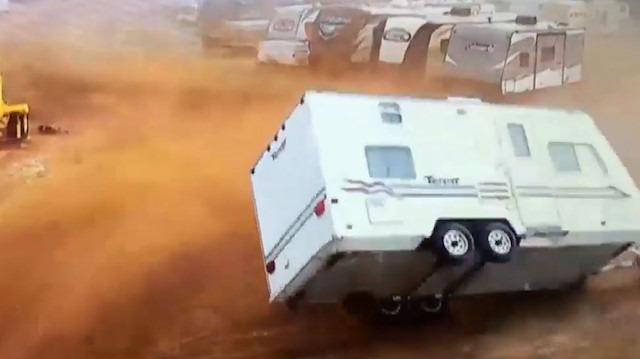 Karavanların park ettiği kamp alanına giren şiddetli fırtına