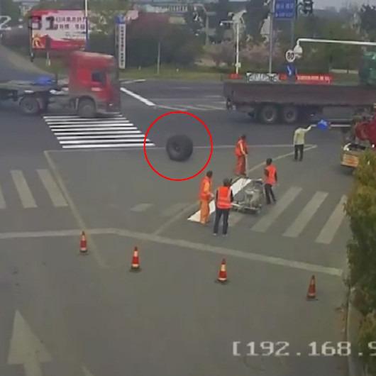 TIR'dan kopan teker yol kenarında çalışan işçiyi ezdi