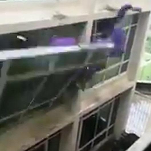 Hindistan'ı etkisi altına alan kasırganın yıkıcı etkisi kamerada