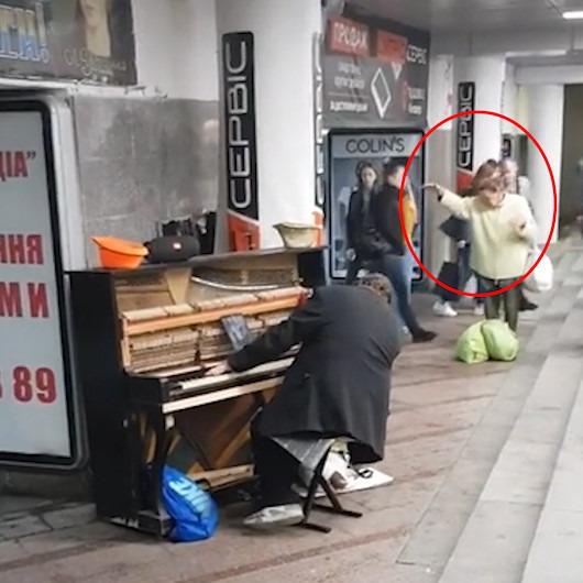 Sokakta piyano çalan adamın ritmine kapılıp kendinden geçen yaşlı kadın