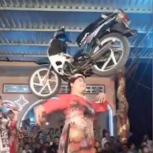 Kafasında motosikletle dans eden kadın izleyenleri şaşırttı