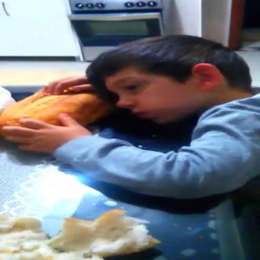 Sahurda uyuklayarak ekmek yiyen çocuk sosyal medyanın ilgi odağı oldu