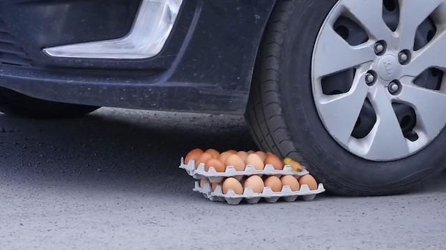 2 koli yumurtanın otomobil lastiği altındaki anları