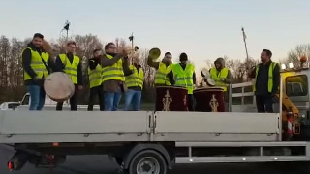 Paris'te sarı yeleklilere Mehter marşlı destek