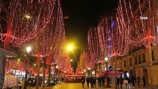Champs-Elysees caddesi rengarenk ışıklarıyla yeni yıla hazır