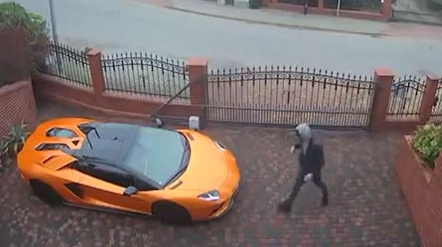 Lamborghini'yi anahtarla kazıyan adam kamerada