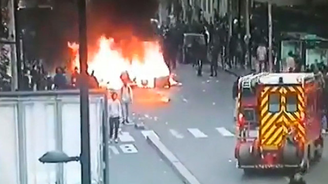 Sarı yeleklilerin arasına giren yağmacılar iftaiye aracına saldırıyor
