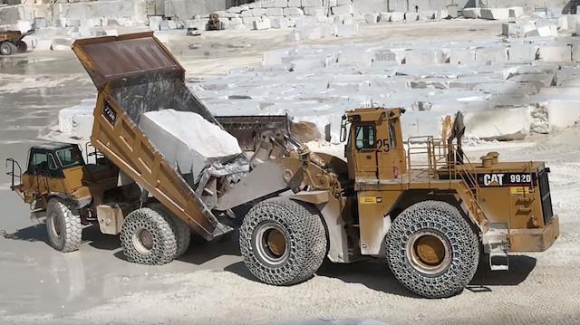 Dev mermer bloklar kamyona nasıl yükleniyor?