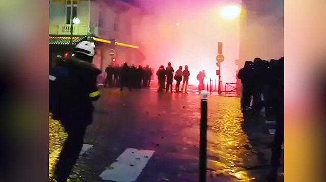 Paris'teki gösterilere renkli fişekler damgasını vurdu