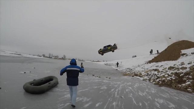 Hacı Murat'la buz tutmuş göle atladılar