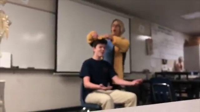 Şarkı söyleyerek öğrencisinin saçını kesen öğretmene ağır ceza