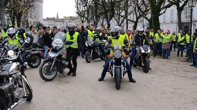Sarı Yelekliler yine sokakta: Paris'te gösteri öncesi 317 gözaltı