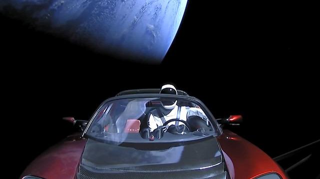 Tesla Roadster ve koltuğundaki Starman'in uzay görüntüleri