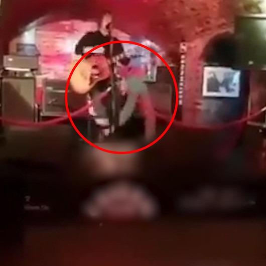 Sinsice sahneye çıkarak müzisyene saldırdı