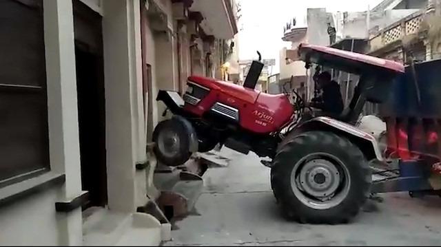 İnatçı traktör sürücüsü dönüşüyle fenomen oldu