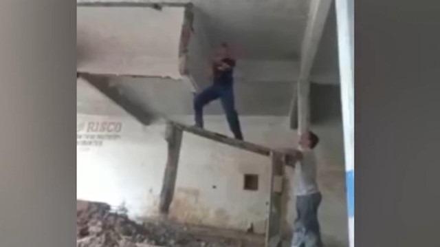 Betonun bir anda çökmesiyle yerde kalan inşaat işçisi