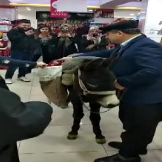 Poşet parası vermemek için market alışverişine eşekle geldi