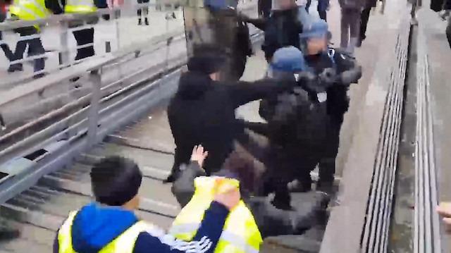 Şampiyon boksör eylemlere katılarak polis yumrukladı