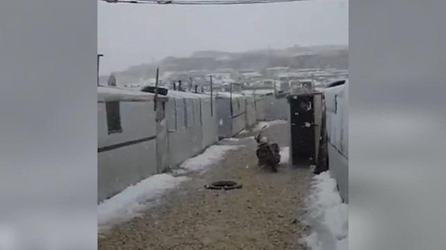 Suriyeli mülteciler yoğun kar yağışı altında yaşamaya devam ediyor