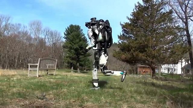Boston Dynamics'in Atlas robotu zorlu bir zeminde test ediliyor