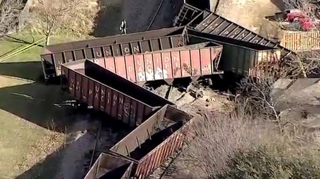 Raydan çıkan yük treni havadan görüntülendi