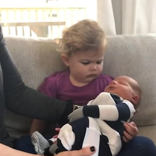 Yeni doğan kardeşini kıskanan ufaklık tavırlarıyla izleyenleri gülümsetti