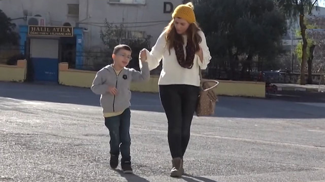Oğlu ile her gün okula giden cefakar anne