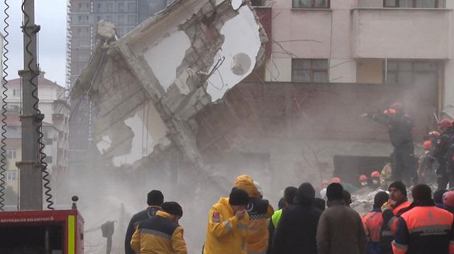 Kartal'da çöken binanın blokları vinçle kaldırıldı