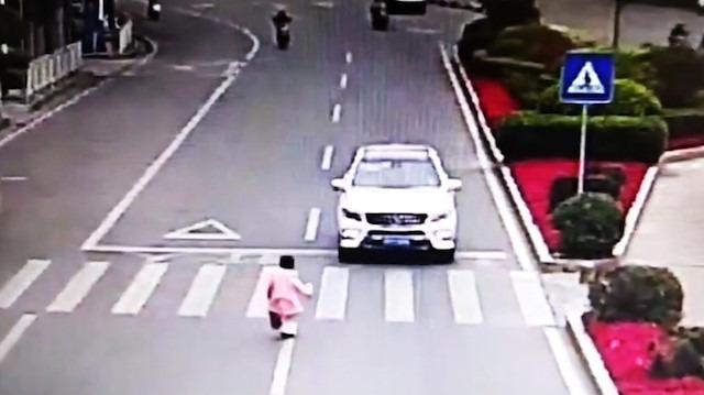 Trafikte sürücü ve ufaklığın örnek davranışı