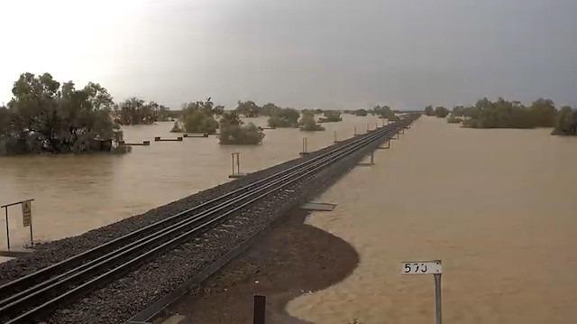 Avustralya'da sel hayatı felç etti: Tren rayları sulara gömüldü