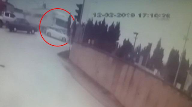 Kırmızı ışıkta geçen TIR otomobili biçti
