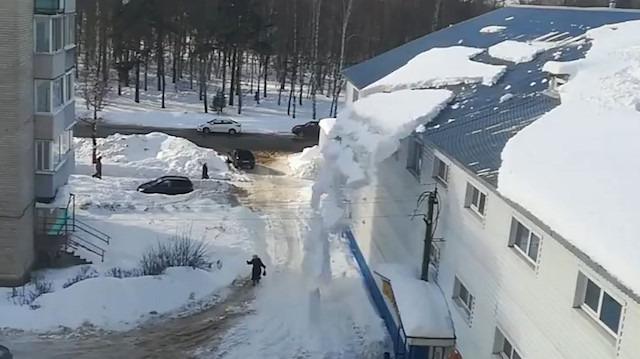 AVM'nin çatısındaki kar yığını az daha kadının üstüne düşüyordu